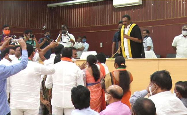బీజేపీ కార్పొరేటర్లపై కరీంనగర్ మేయర్ దూషణ